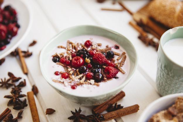 alimentos probioticos frutas vermelhas em uma tigela
