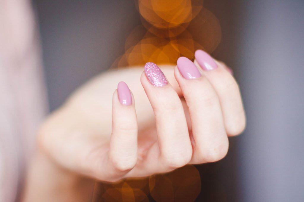 vitamina para unha e cabelo deixar de cair mao feminina com unhas pintadas